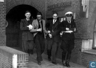 De 29-jarige Gerrit de Stotteraar wordt afgevoerd door de politie. Utrecht, 17 oktober 1949 (Catawiki)