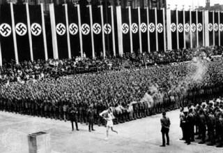 Einde van de eerste Olympische fakkeltocht in Berlijn, 1936