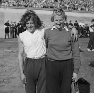 Foekje Dillema (links) en Fanny-Blankers-Koen (cc - Anefo)