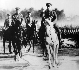 Hirohito tijdens een inspectie van het leger, 1938