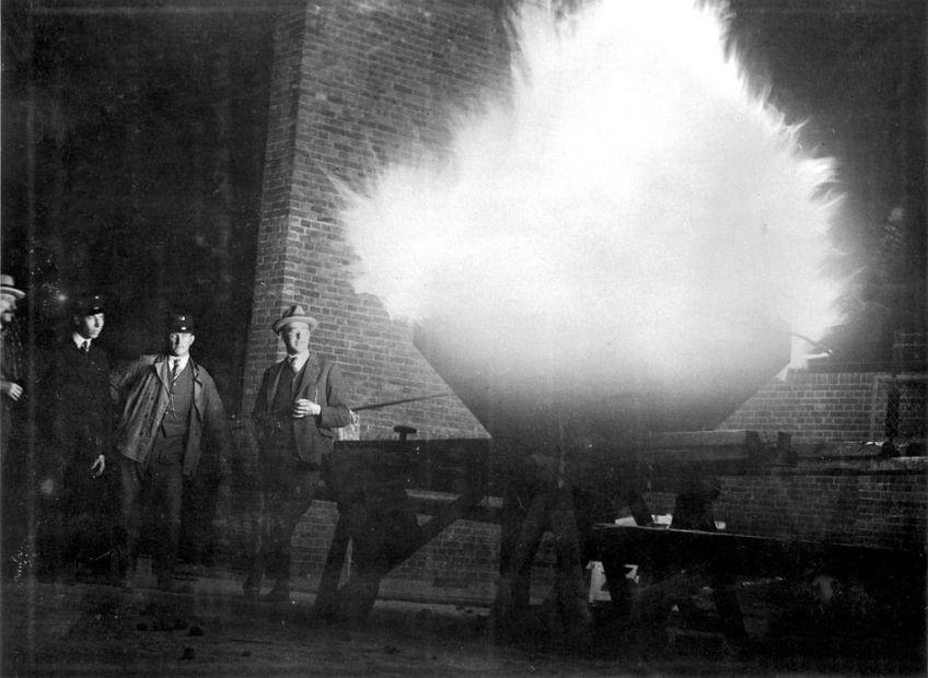 Ontsteking van de Olympische vlam door een medewerker van het gasbedrijf (wiki)