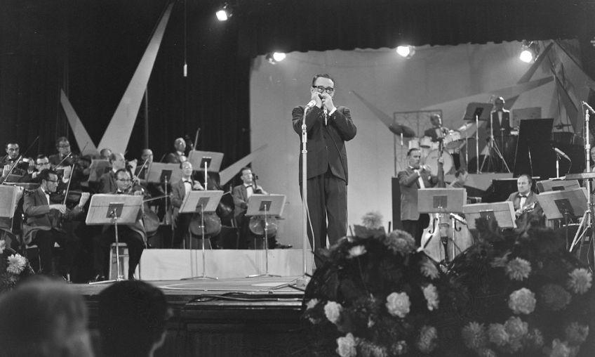 Toots Thielemans tijdens een optreden in het Kurhaus in 1961 (cc - Anefo)