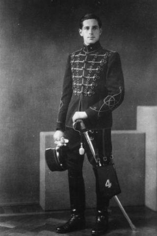 George in zijn legeruniform (de 'attila') als kornet van het Vierde Regiment der Hussaren. 1939. J.M.L. Maduro familiearchief