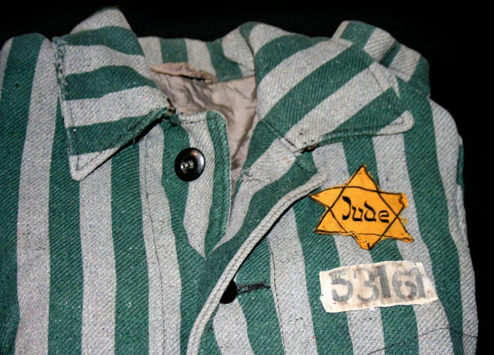 Kleding uit Auschwitz met daarop een Jodenster - cc