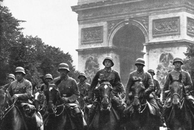 Mannen uit Nedersaksen bij de Arc de Triomphe