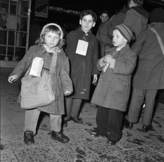Vluchtelingenkinderen uit Hongarije arriveren per trein te Leiden, februari 1957. Foto: Nationaal Archief