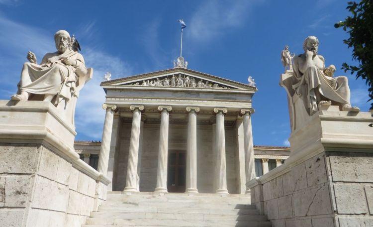 Academie van Athene met de beelden van Socrates en Plato - cc