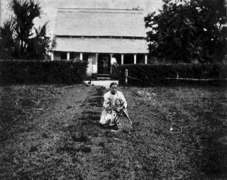 Een Surinaamse met een jonge panter. Foto: Tropenmuseum