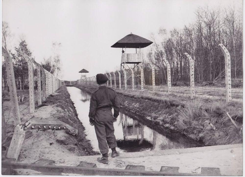 Canadese soldaat bij spoorlijn van kamp Vught (collectie NM Kamp Vught)