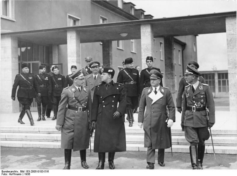 Graaf Ciano bezoekt een vliegveld. Ciano is de middelste persoon vooraan - Bundesarchiv