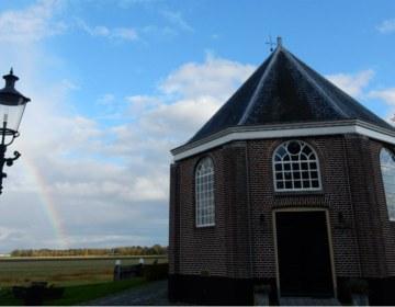 Kerkje van Schokland, met een regenboog op de achtergrond (Historiek)