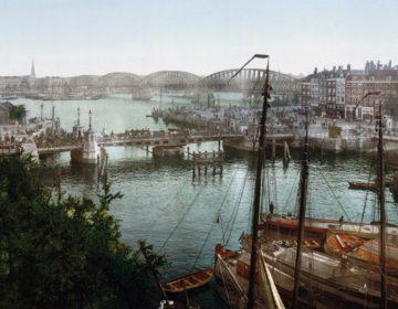 Fotochroomafdruk van de Koningsbrug en de Maasbrug, ca. 1900