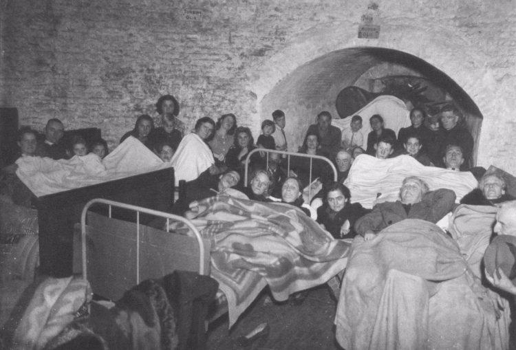Nijmegen lag in 1944-'45 dagelijks onder vuur van Duitse bommen en granaten. De bevolking zocht een schuilplaats in onder meer een oud vestingwerk in het Kronenburgerpark; hier op 6 oktober 1944. - Fotocollectie Regionaal Archief Nijmegen