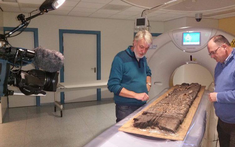Middeleeuwse plank van grafkist in ziekenhuis onderzocht (SCEZ)