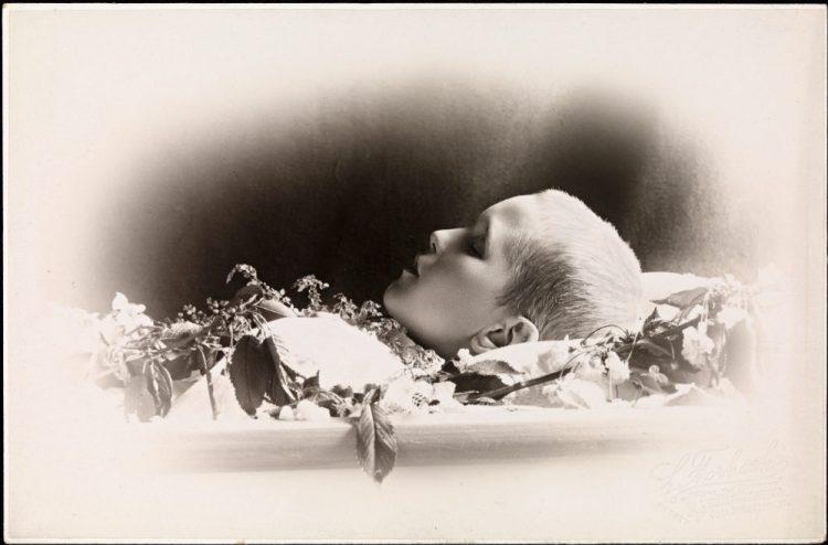 Postkaart met de foto van een overleden Noors jongetje, 1901