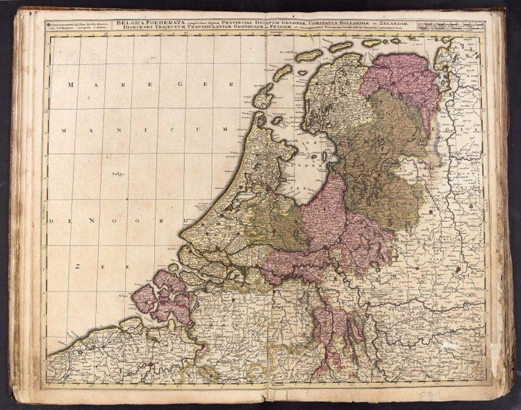Bladzijden met kaart van Nederland uit atlas