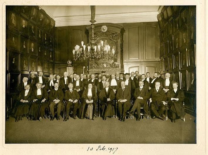 Groepsfoto gemaakt na de oratie van Johanna Westerdijk, 10 februari 1917