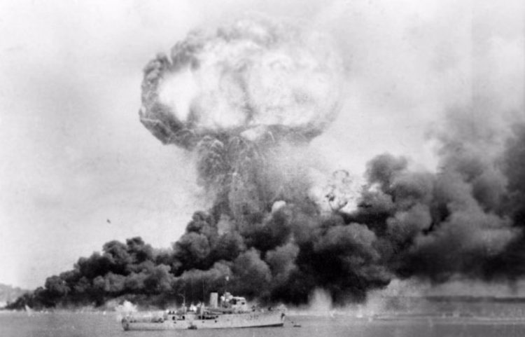 Brandende olieopslag in Darwin na het Japanse bombardement - cc