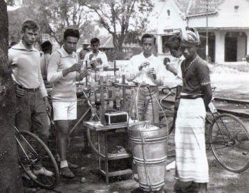 Jan de Ruyter de Wildt op 20-jarige leeftijd (uiterst links)