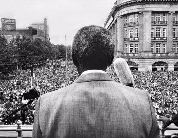 Nelson Mandela tijdens zijn onthaal op het Leidseplein in Amsterdam op 16 juni 1990. Foto Maurice Boyer