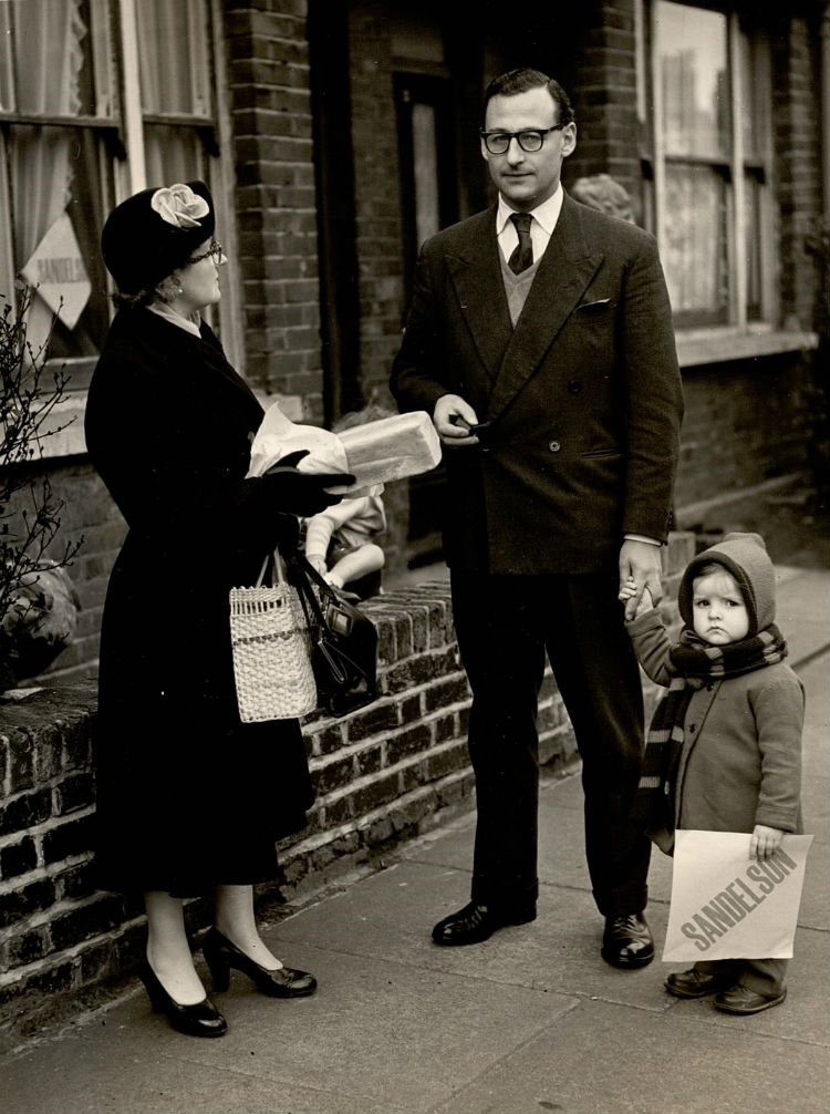 Politicus Neville Sandelson met een kind op campagne (bron onbekend)