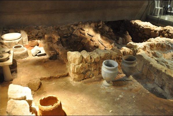 """Het """"verbrande huis"""" in Jeruzalem: een van de herinneringen aan de verwoesting in 70. Let op de stenen kruiken, die erop duiden dat de bewoners de halacische regels volgden om water ritueel rein te houden."""