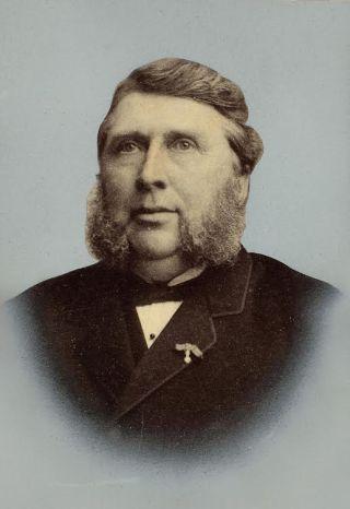Portret Van 't Lindenhout rond 1900 met koninklijke onderscheiding op revers