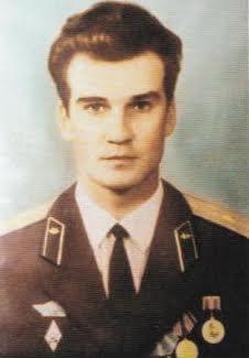 De Russische luitenant-kolonel Stanislav Petrov besloot bij alarm voor een kernwapenaanval in 1983 dat het om een misverstand ging. Daardoor werd een tegenaanval voorkomen.