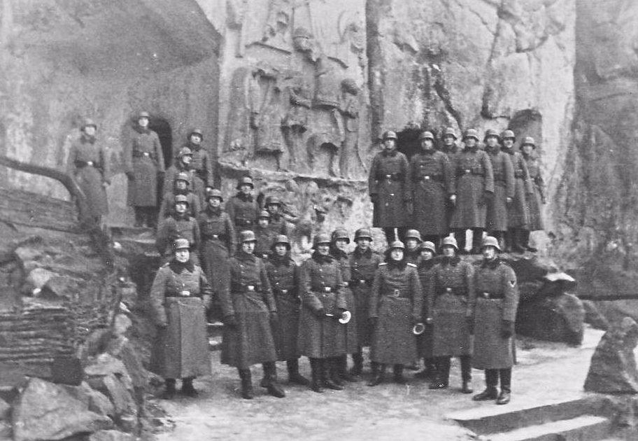 Wehrmachtsoldaten bij het kruisafnamereliëf, 1939