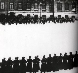 Bloedige Zondag, demonstranten vluchten weg voor tsaristische troepen. Afbeelding uit een Sovjetpropagandafilm uit 1925.