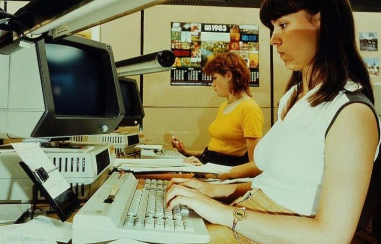 Vrouw gebruikt computer voor haar werk (1983) - cc