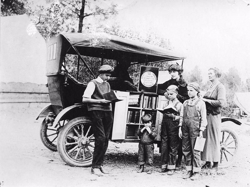 Kinderen bij een boekmobiel uit 1912