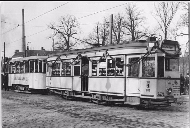 En een tram in Berlijn met 2400 boeken aan boord, 1952