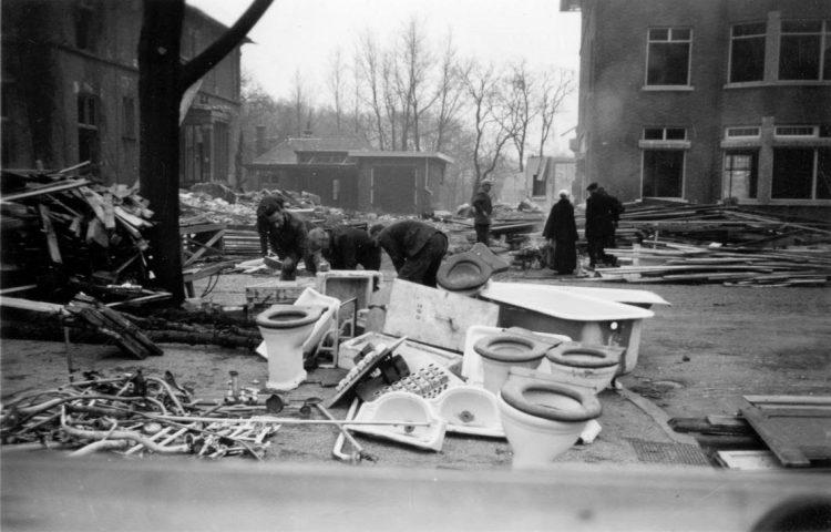 Op de stadhouderslaan in Den Haag wordt materiaal uit de slooppanden verzameld.