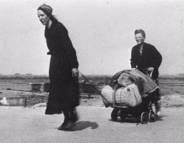 Twee vrouwen op hongertocht tijdens de Hongerwinter (cc - Nationaal Archief)