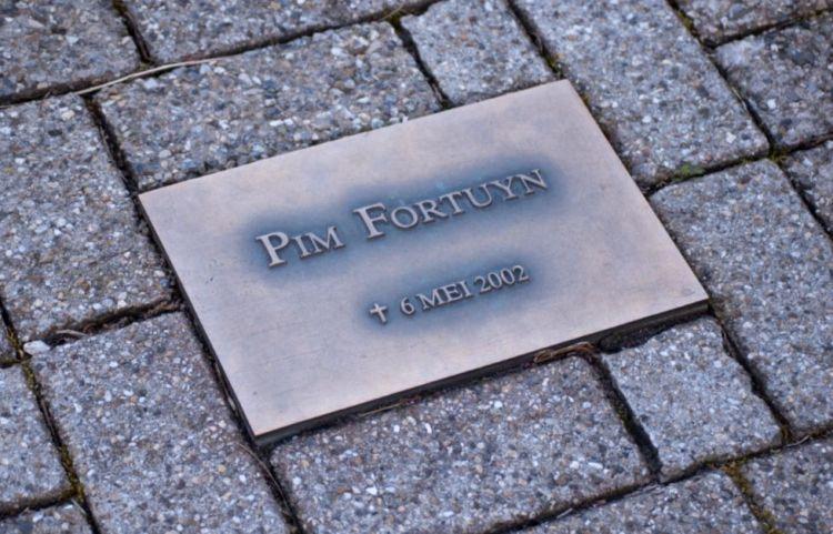 Na de moord op de LPF-lijsttrekker Pim Fortuyn werd er op het parkeerterrein bij het gebouw van 3FM, de plek waar hij op het Media Park in Hilversum om het leven werd gebracht, een bronzen plaquette geplaatst. - cc