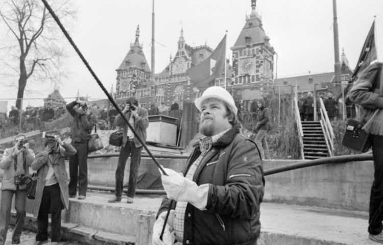 Jan Schaefer slaat de eerste paal voor de herbouw van het Noord-Zuid Hollandsch Koffiehuis, 1980 (cc - Nationaal Archief - Anefo - Rob Bogaerts)