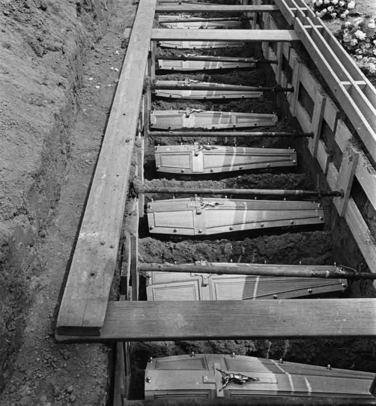 De graven van de slachtoffers van de brand (cc - Nationaal Archief - Kroon, Ron / Anefo)