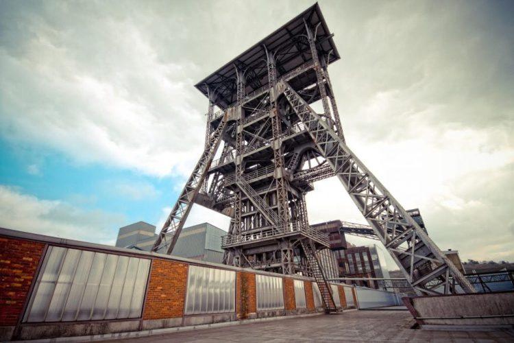 Het gebouw van de voormalige mijnlift biedt een spectaculaire aanblik.