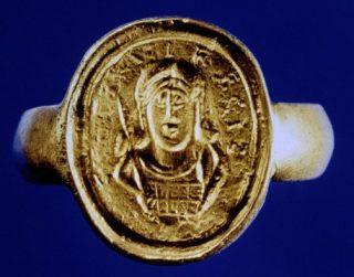 Zegelring uit het graf van de Frankische kleinkoning Childeric I, met portret van de vorst en de tekst Childirici regis. Wikimedia Commons.