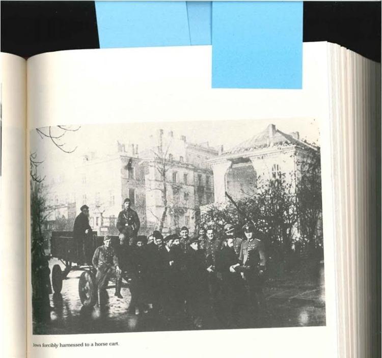 Een foto van de vernederingen in het getto. Joden worden voor een kar gespannen door Duitsers. (The Chronicle of the Lodz Ghetto - Yale, 1987)