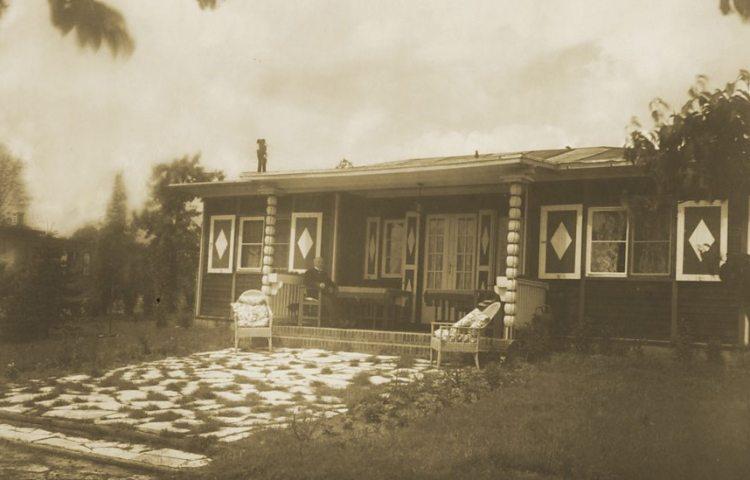Het huis aan het meer, in 1928 gefotografeerd door Lotte Jacobi (Alexander Family Archive)