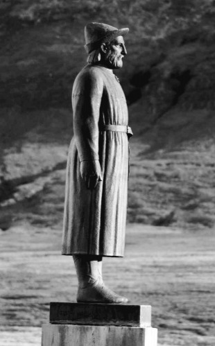 Standbeeld van Snorri Sturluson, de dertiende-eeuwse IJslandse geleerde, politicus en dichter, bij zijn huis in Reykholt, IJsland.