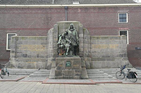 Standbeeld voor de gebroeders de Witt, Dordrecht