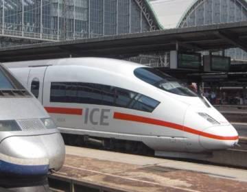 Duitse hogesnelheidstrein op Frankfurt am Main Hbf - cc
