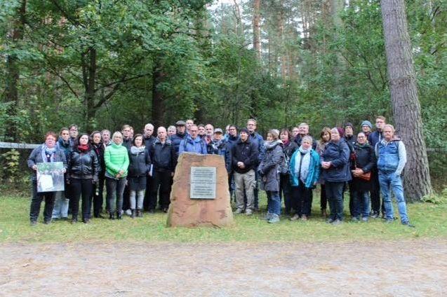Het reisgezelschap bij de ingang van het huidige terrein van Treblinka