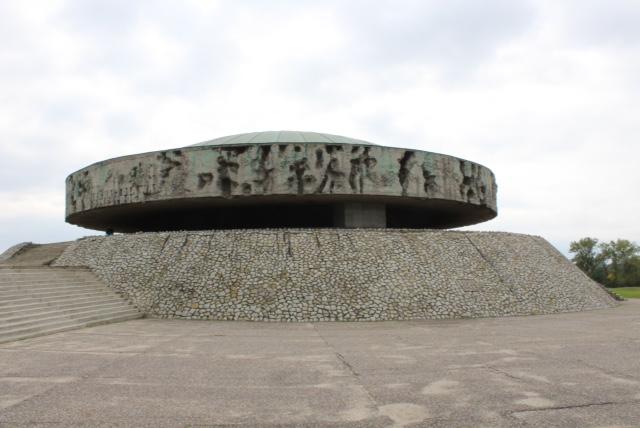 Het mausoleum is een monument aan de slachtoffers