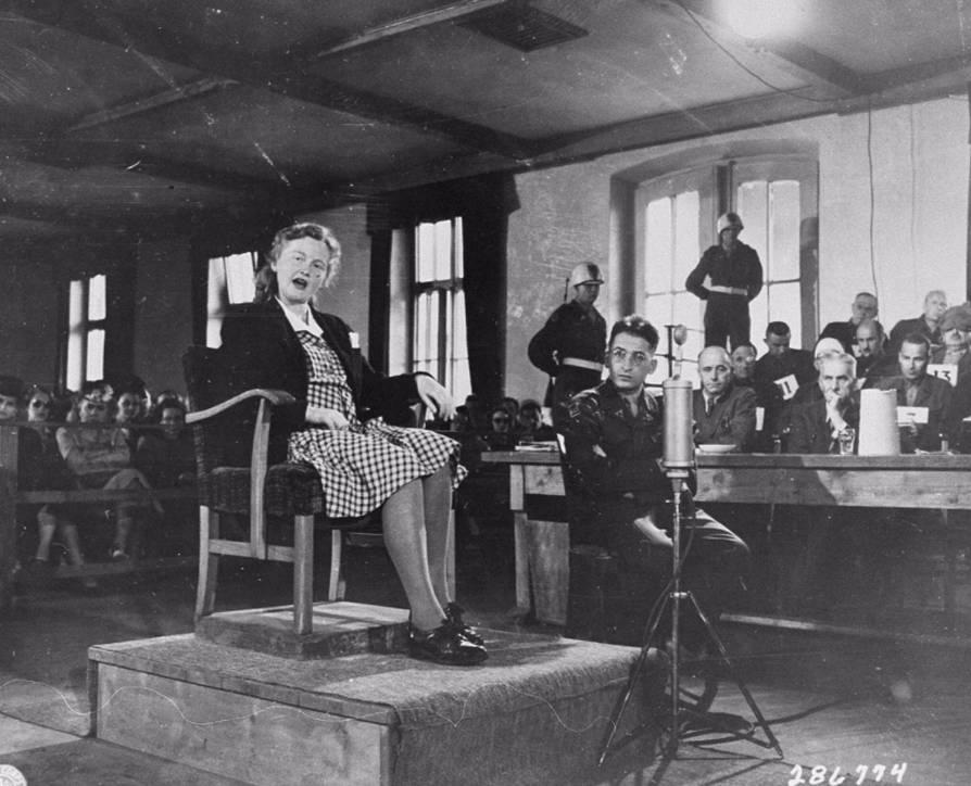 Ilse Koch legt een verklaring af tijdens het proces in Dachau (National Archives Washington / Publiek domein)