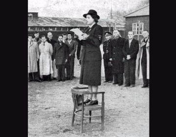 Loes van Overeem spreekt de gevangenen toe op de dag van de capitulatie (Rode Kruis)