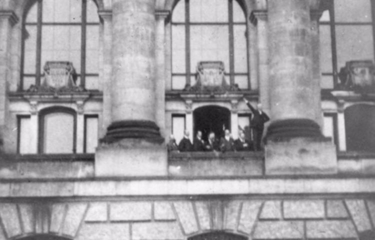 De Weimarrepubliek (1918-1933) - Philipp Scheidemann roept op een balkon van de Rijksdag de republiek uit, 9 november 1918